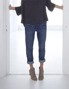 oversized knit, boyfriend jeans & boots #style #fashion