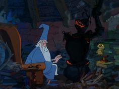 Image 3 - Merlin l'enchanteur (1963). L'armure transformée en poële par Merlin est le symbole du guerrier robotisé et brutal que dénonce le magicien.