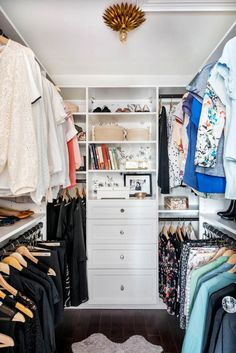 Awesome Small Walk-In Closet Design Ideas and Inspiration for Modern Home Decor - Think that you don't have space for a walk-in closet? That's not true, today I'm sharing small, even tiny walk-in closets and ideas to organize them. Small Closets, Dream Closets, Small Walkin Closet, Small Walk In Closet Ideas, Walk In Closet Organization Ideas, Clothing Organization, Open Closets, Bedroom Organization, Life Organization