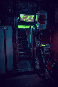 À noite, algumas entradas que passam desapercebidas durante o dia aparecem, como essa estreita escada que leva até um clube um pouco diferente do normal.