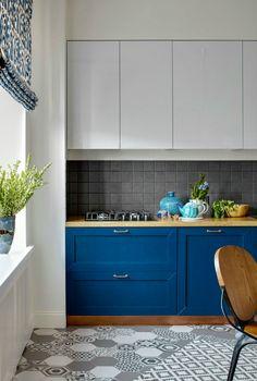 Контрастный интерьер маленькой кухни.