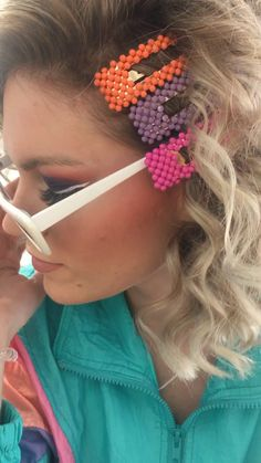 Look Tutorial - Mode Trends 80s Fashion Party, 80s Party Outfits, 80s Makeup Trends, Disco Hair, Bright Eye Makeup, 80s Hair, Party Hairstyles, 80s Short Hairstyles, Hairstyles Videos
