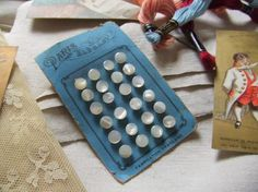 Jolie série de 24 boutons de layette en nacre et sur pied 1900 'Paris Elégant'