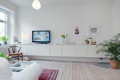 Me encantan los armarios y las estanterías volados, en todas las habitaciones de la casa, el salón, el recibidor o los dormitorios. Si son a media altura, son además de prácticos espacios de almace…
