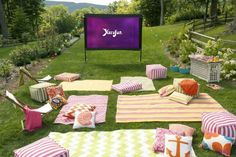 Open Air Kino im Garten 10 Tips for Hosting an Outdoor Movie Night. Who's up for an outdoor movie night? Check out Annie's 10 tips for putting together a fantastically fun al fresco evening: Backyard Movie Party, Outdoor Movie Party, Backyard Movie Theaters, Backyard Movie Nights, Outdoor Movie Nights, Backyard Bbq, Outdoor Parties, Outdoor Entertaining, Backyard Ideas