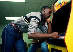 18 years old Michael Jordan playing pacman – 1982 | 20 Rare And Historic Pictures Of Famous People | Popular People in History.