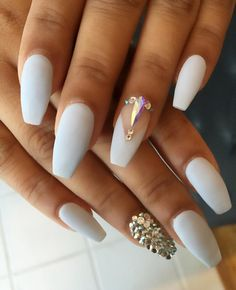 Milky white nails wonderful stand on suntanned skin, so if you have recently returned from the sea, this could be your choice.