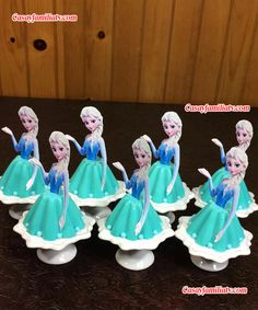 Gelatinas de Princesa Elsa - Frozen - Individuales #gelatinasdeprincesaelsaindividuales #princesselsa #princessdisney #elsafrozen #gelatinas #recetasdegelatinas #gelatinasdetresleches #gelatinasdequesocrema #gelatinasconfrutas #gelatinasdecolores #gelatinasinfantiles #gelatinasparafiestas #gelatinasparapostresdemesa #gelatinasindividuales #gelatinasdeprincesas #gelatinasdeniños #gelatinastransparentes #mesadepostres #gelatinadeyogurt Frozen Birthday Cake, Disney Princess Birthday, Frozen Party, Princess Party, Jello Dessert Recipes, Jelly Desserts, Elsa Frozen, Jelly Cake, Barbie Cake