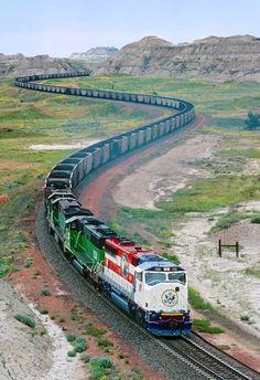 Trem de carga serpenteia mundo a fora. Fotografia: Carole Tout Simplement.