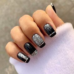 French nails create the visual effect of slender fingers. Now French nails have various color variations. Here we provide a variety of nails that are instantly elegant and make your hands look longer. New Year's Nails, New Nail Art, Gold Nails, French Nails, French Acrylic Nails, New Years Nail Designs, Nail Art Designs, Cute Nails, Pretty Nails