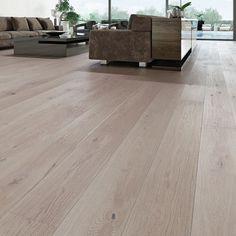 1-stav Eik Varmgrå XL, børstet og hvitmattlakket er et parkettgulv med børstet overflate og en grå farge. Den grå fargen har beige undertoner. Den delikate fargen gir et lyst innemiljø og en god romfølelse.  Parkettgulvet har veldig fin bredde på plankene, noe som gir et eksklusivt utseende Hardwood Floors, Flooring, Grey, Cabin Fever, Crafts, Lily, Modern, Wood Floor Tiles, Gray