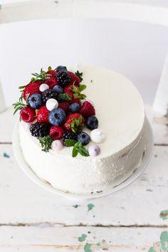 Tort śmietanowy z malinami - lekki, puszysty, mało słodki torcik ze świeżymi owocami i delikatnym kremem śmietanowym z mascarpone.