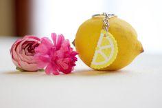 Porte clés citron réalisé à la main avec des perles hama.    Ces porte clés fruités seront parfait pour donner de la couleur et de l'originalité à vos trousseau de clés. Trop mignons !