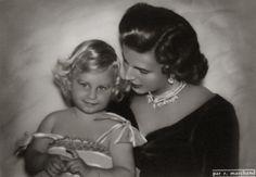 Prinses Mary-Lilian van België met Prinses Marie-Christine op de schoot. 1954, bromide foto formaat 16 x 11 cm. Foto gemaakt door Robert Marchand, uit de verzameling van Wilfried Vandevelde.