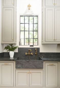 Interior Design Kitchen Cabinets - Benjamin Moore - Sage Mountain dark countertop with gold hardware and faucet Kitchen Design Ideas Cool Kitchens, Kitchen Remodel, Kitchen Design, Modern Kitchen, Diy Kitchen Remodel, Kitchen Credenza, Kitchen Interior, Kitchen Makeover, Kitchen Cabinets