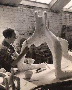 Henry Moore trabajando en su taller lo que parece ser piedra. Utiliza la técnica sustractiva y directa. La he escogido porque es uno de los grandes maestros de la escultura moderna.