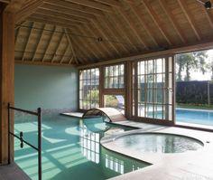Dit exclusief project, aangelegd door Antheunis zwembaden, is een combinatie van een binnen- en buitenzwembad met spa. Luxe betonnen bad bekleed met mozaïek
