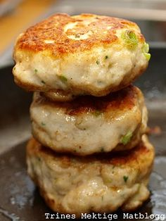 fish patties - Homemade Seikaker  800 grams of fresh fish fillets  about 2 tsp salt  1.5 dl single cream  1 dl milk  1-2 tablespoons cornflour  2-3 spring onions, finely chopped  about 3 tbsp fresh parsley, finely chopped  freshly ground black pepper