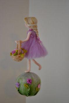 Nursery ornament Needle felted wool: girl with basket - frühlingskinder - Ornaments Wet Felting, Needle Felted, Hedgehog Craft, Felt Wall Hanging, Felt Snowman, Baby Mobile, Felt Fairy, Fairy Figurines, Wool Felt
