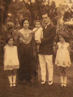 TimelineJS Embed Philippine Mythology, Philippine Art, Philippines Dress, Filipino Fashion, Filipino Culture, Asian History, Vintage Photographs, Old Photos, Nostalgia