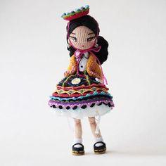 Mexicana Universal :v Yarn Dolls, Knitted Dolls, Crochet Dolls, Crochet Fairy, Cute Crochet, Crochet Doll Pattern, Crochet Patterns, Anime Dolls, Doll Tutorial