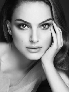 Pure natural beauty - You only need to know some tricks to achieve a perfect image in a short time. Natalie Portman, Glamour Photography, Portrait Photography, Photo Portrait, Celebrity Portraits, Black And White Portraits, How To Apply Makeup, Woman Face, Beautiful Actresses