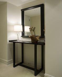 meuble d'entrée table en bois avec un miroir carré