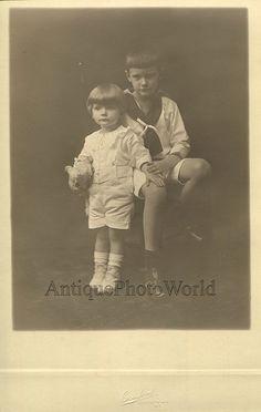 Los niños con juguetes de peluche hermoso antiguo foto de estudio de arte