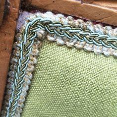 Particolare di sedia in rovere originale della metà '800 riportata al colore originale del legno naturale. Lo schienale è in tessuto di lino verde acido con passamaneria giocata sulle cromie del verde acqua e salvia scuro. Progetto e collezione privata di STRA-DE STRATEGIC-DESIGN.