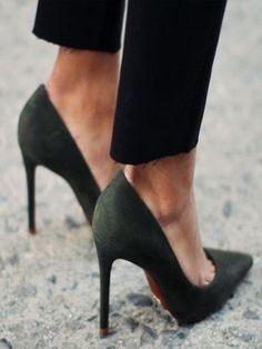 Comment font les Parisiennes pour crapahuter toute la journée haut-perchées sur talons comme si elles étaient dans des chaussons ? Voici les 5 commandements des talons sans souffrir.  http://www.doitinparis.com/fr/art-de-vivre/magazine-it-feminin/sos-stilettos-en-detresse-2443