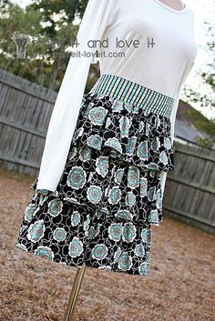 Ruffled apron tutorial- my next sewing project Sewing Aprons, Sewing Clothes, Refashioning Clothes, Learn To Sew, How To Make, How To Wear, Ruffle Apron, Apron Diy, Ruffle Skirt