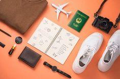 Le contenu d'une valise en préparation.  Se projeter dans son séjour rendrait aussi heureux que les vacances elles-mêmes