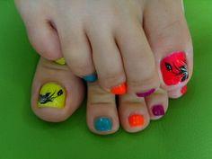 Uñas neón, encuentra más diseños para tus pies aquí..http://www.1001consejos.com/decoracion-de-tus-pies-para-verano/