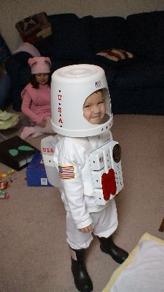 Rocketman costume, DIY costumes, disfraces - Carnival and halloween - Disfraz DIY de astronauta (Diy Costume Men) Diy Astronaut Costume, Astronaut Helmet, Spaceman Costume, Space Costumes, Cute Costumes, Space Party, Space Theme, Halloween Kostüm, Halloween Costumes