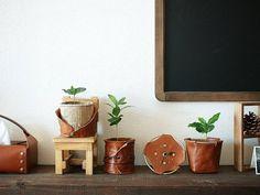 革の小さなインテリアアイテムたち。  整列~♪ #leather #leathergoods  #leathercraft #leatherwork #interior  #handmade #handwork #planter  #planterpot #clock #tissue  #tissuecase #KURASHIRU #kaumo  #革 #革小物 #レザークラフト #栃木レザー #インテリア雑貨 #暮らし  #ライフスタイル #プランター #プランターカバー #時計 #置き時計 #ティッシュ #ティッシュケース  #ハンドメイド #手仕事