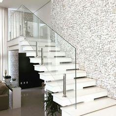 Construindo Minha Casa Clean: Escadas de Mármore com Guarda-Corpo de Vidro Embutido! Modern Stair Railing, White Staircase, Stair Railing Design, Staircase Railings, Modern Stairs, Railing Ideas, Staircase Ideas, Interior Railings, Interior Stairs