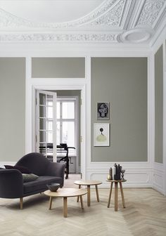 Et si vous décoriez votre plafond avec des moulures, rosaces ou corniches? Optez pour la couleur!