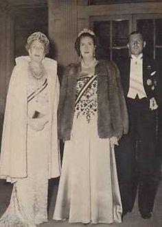 SM la Reina Victoria Eugenia de Battenberg, Reina de España. Juan III de Borbón y su esposa María de las Mercedes de Borbón.