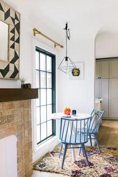 Uno stile californiano casual con una palette nei toni del blu e del marrone per questo delizioso angolo colazione. #homedecor #interiordesign