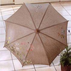 """Сегодня редакция """"В Курсе Жизни"""" предлагает вам замечательный мастер класс по вышивке на зонтике. С таким зонтиком вам точно позавидуют все и не только подруги или колегы по работе но и простые прохожие            Читайте также:   Вот что делать если у тебя поломался зонтик. самый п"""