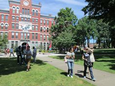 Jonas Clark Hall: Clark University Move-In Day 2012.  https://clarkconnect.clarku.edu/JCTwitter