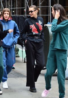 Bella Hadid - Seen steping out with the SimiHaze twins in New York City, June 3 2018 Bella Hadid Outfits, Bella Hadid Style, How To Have Style, My Style, Celebrity Outfits, Celebrity Style, Style Invierno, Look Fashion, Fashion Outfits