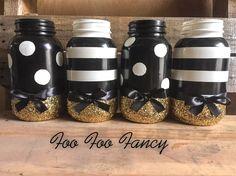 Black white and gold mason jar. black and white party decor. Glitter Mason Jars, Mason Jar Crafts, Mason Jar Diy, Bottle Crafts, Sweet 16 Centerpieces, Wedding Centerpieces, Black And White Centerpieces, Black And White Baby, Black White Gold