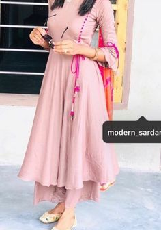 Photo by 👰only for suit loverzz💖 in Loharka Khurd. Image may contain: one or more people Simple Kurti Designs, Stylish Dress Designs, Kurta Designs Women, Stylish Dresses, Stylish Kurtis Design, Pakistani Fashion Casual, Pakistani Dresses Casual, Indian Gowns Dresses, Hijab Fashion