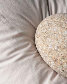 Lurer du på hva det vil si at sengetøyet vårt er steinvasket? I tillegg til at bomullen blir ekstra myk og får et matt, eksklusivt utseende, krymper også sengetøyet mindre ved første vask.