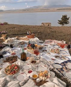 Nella Beljan(@zoras_daughter) • Instagram 사진 및 동영상 Picnic Date Food, Picnic Foods, Picnic Time, Picnic Ideas, Picnic Parties, Picnic Recipes, Summer Aesthetic, Aesthetic Food, Beach Picnic