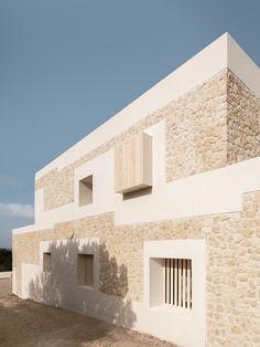 Architecture project by Nomo Studio: a limestone house in Minorca Concrete Architecture, Interior Architecture, Interior And Exterior, Limestone House, Limestone Wall, Minimalist Architecture, Contemporary Architecture, Stone Facade, Stone Houses