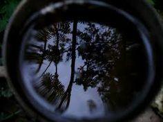 SPIEGELING gedeeltes van de niet direct zichtbare ruimte worden in de voorstelling gespiegeld afgebeeld (glanzende voorwerpen, spiegels, water)