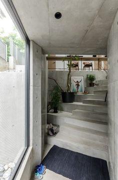 玄関部分を抜けると、3層を吹き抜けた開放的な空間が現れる。