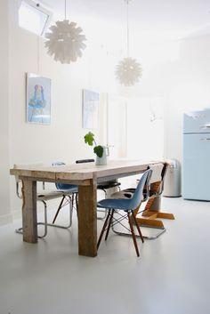 Mesa recuperada y mezcla de estilos en las sillas de este comedor con alma http://decoratualma.blogspot.com.es/2013/10/casa-con-corazon.html